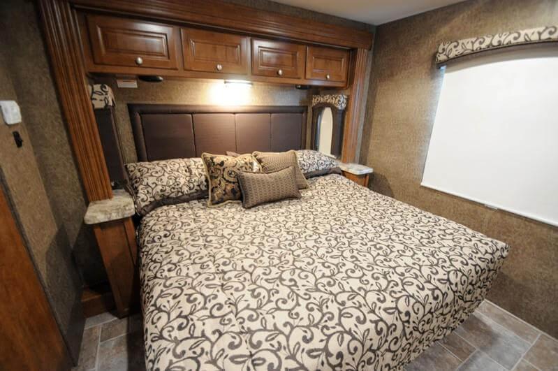 2015-thor-miramar-34-3-class-a-motorhome-bedroom