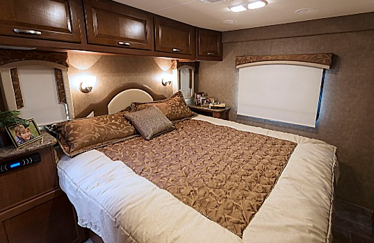 2015-thor-chateau-super-c-35sb-class-c-motorhome-bedroom