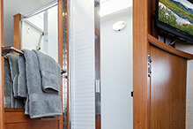 2014-leisure-travel-vans-unity-u24tb-shower