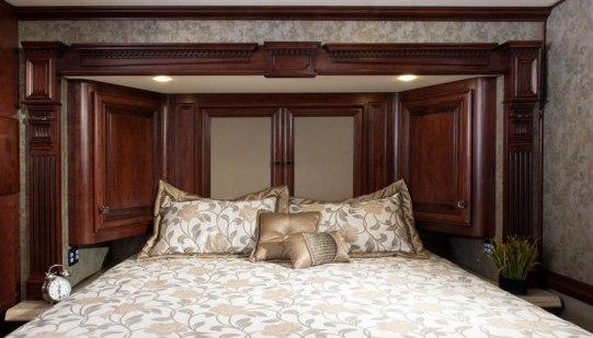 2015-monaco-dynasty-45-palace-class-a-diesel-bedroom