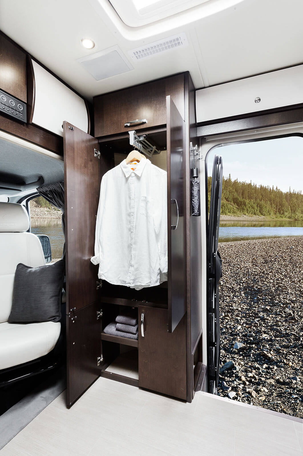 Mercedes Benz Rv >> Leisure Travel Vans Transforms The Open Road With The All-New 2016 Unity FX | Roaming Times