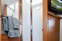 2014-leisure-travel-vans-unity-u24tb-shower