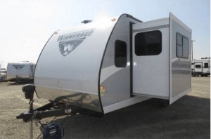 Winnebago 2017 Minnie 2500FL Champagne with Slide-Out